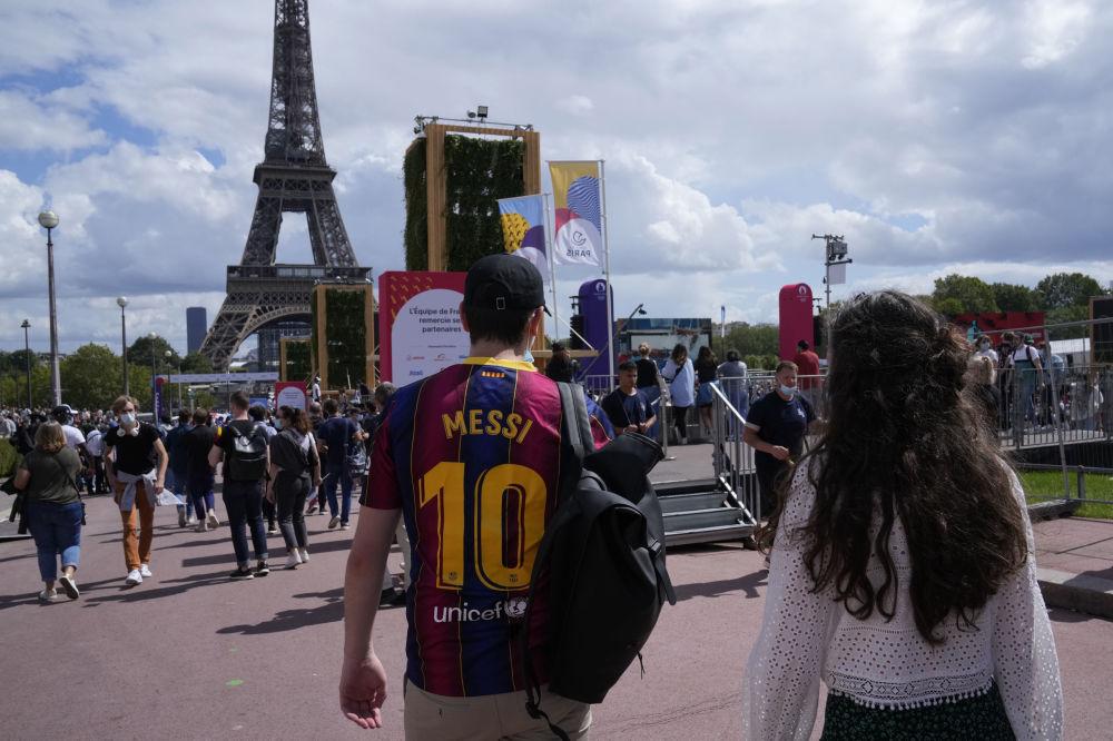 هواداران با لباسهای مسی در پاریس.