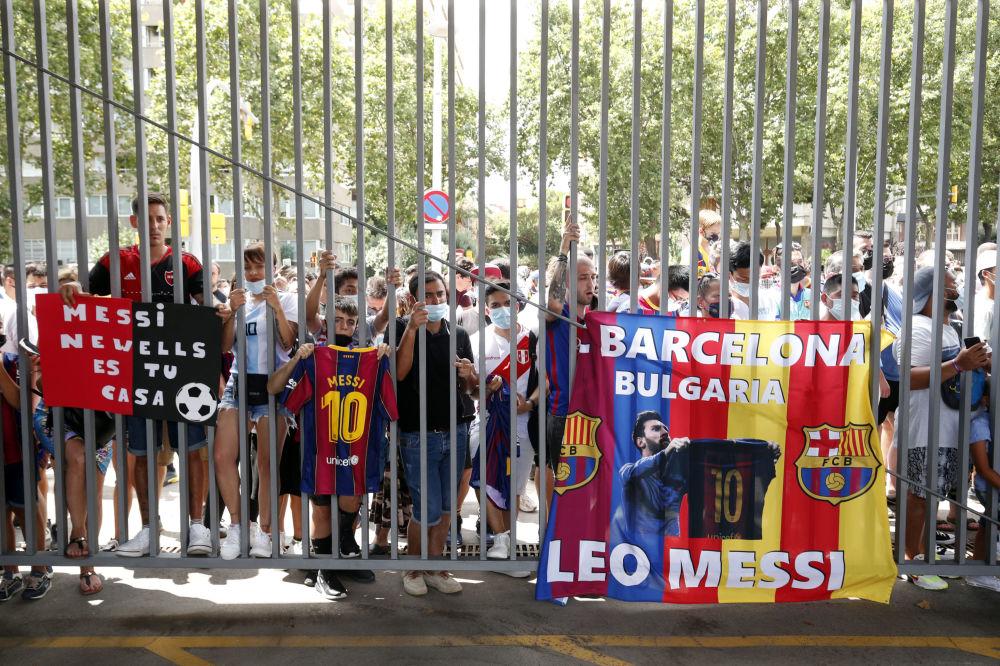 هواداری تیم بارسلونا در نزدیکی ورزشگاه نیوکمپ.