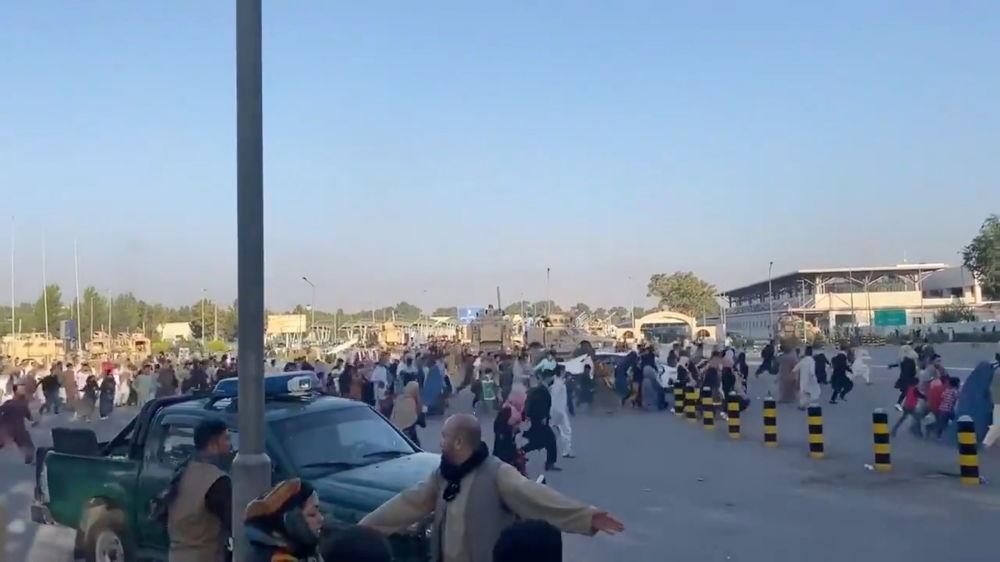 مردم در حال فرار در فرودگاه کابل.
