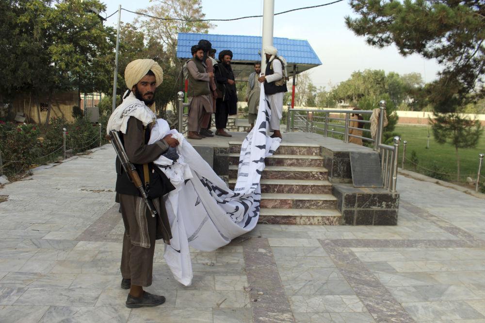 برافراشته شدن پرچم طالبان در ولایت غزنی.