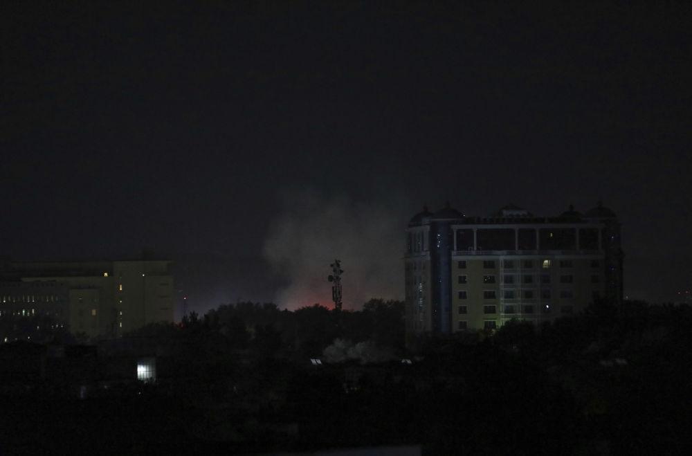 دود و غبار برفراز سفارت آمریکا در کابل.