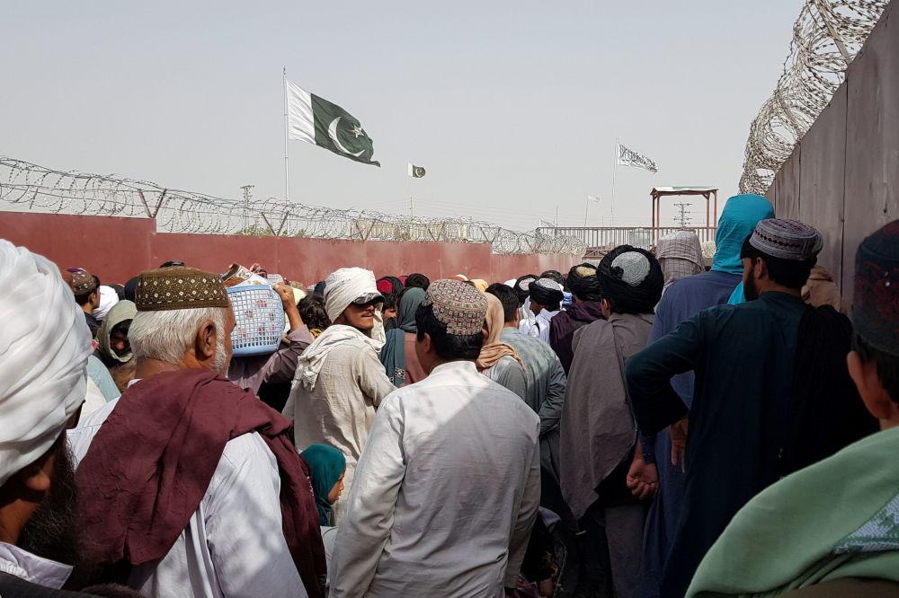 پرچم طالبان و پاکستان در مرز افغانستان - پاکستان.