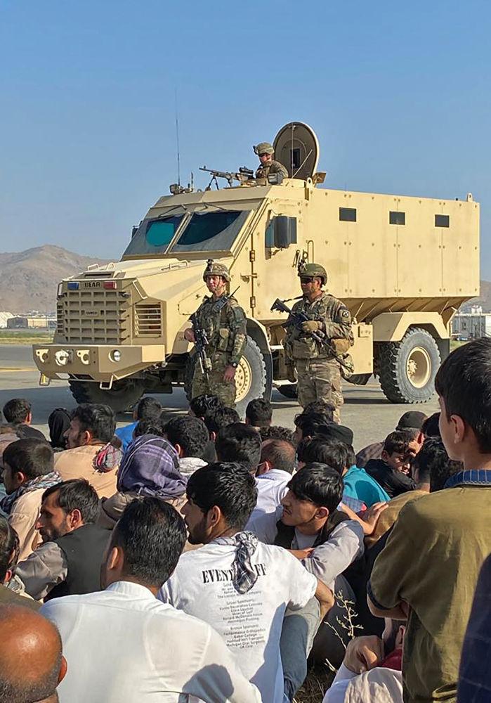 باشندگان کابل در برابر نیرو های آمریکایی در فرودگاه کابل.