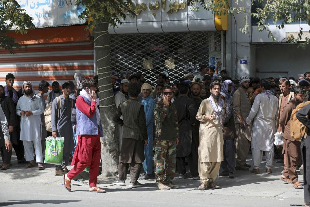 هجوم مردم در برابر بانک ها در کابل.