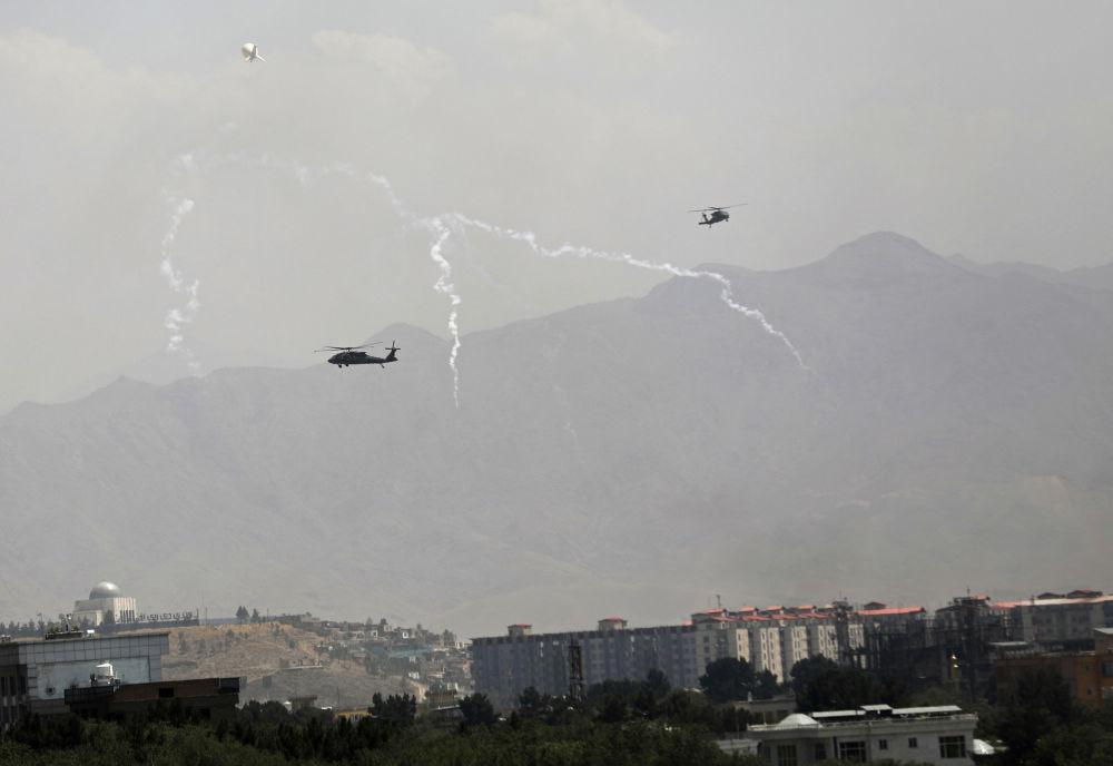 هلیکوپتر نظامی  Black Hawk  بر فراز کابل.