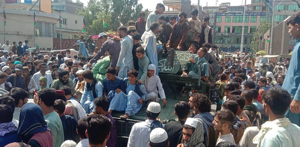 طالبان با باشندگان محل درجلا آباد.