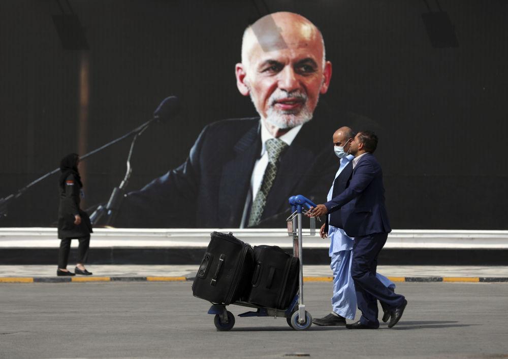 مسافران در فرودگاه کابل.