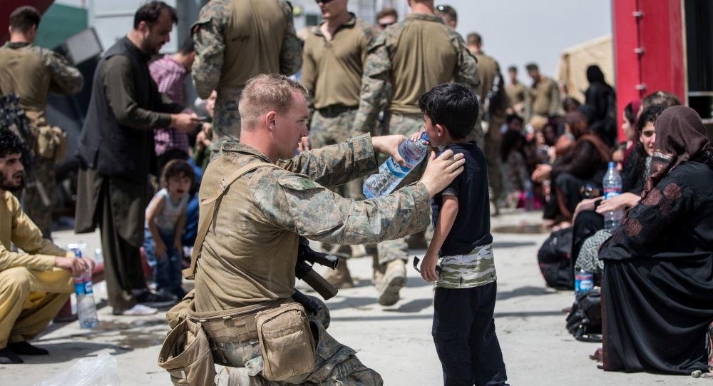خانوادهها تشنه و خسته زیر آفتاب سوزان در فرودگاه کابل + ویدیو