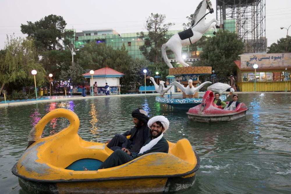 طالبان در حال گردش در پارکی در کابل