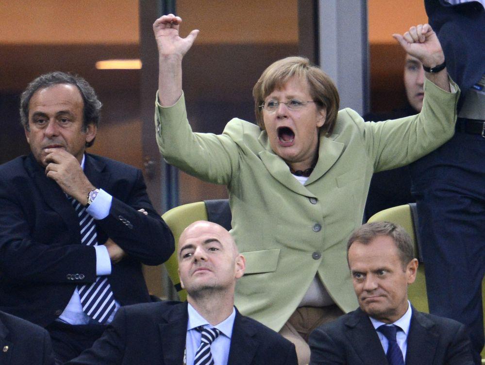 انگلا مرکل هنگام تماشای یک مسابقه فوتبال