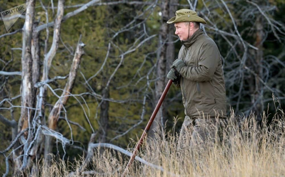 پیاده روی رئیس  جمهور روسیه در تایگا جنگل های سیبریا.