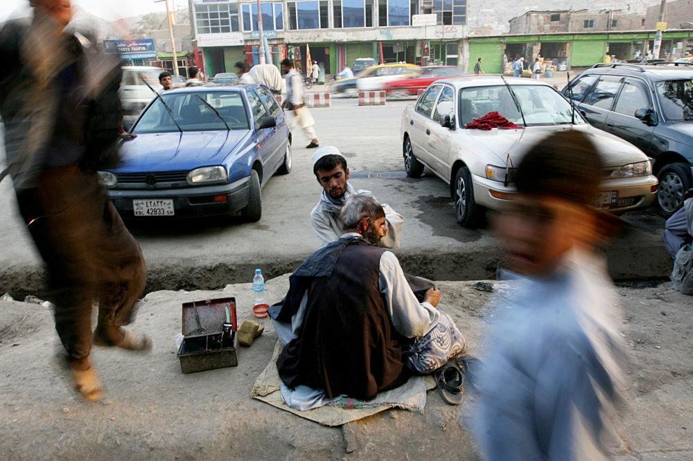 آرایشگر خیابانی در کابل/سال 2007.