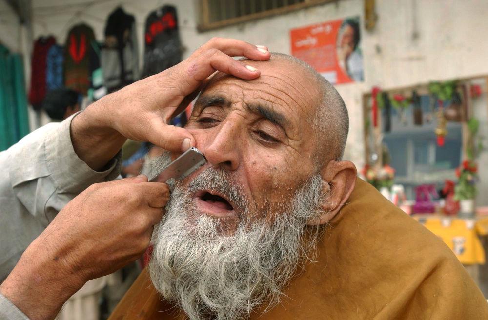 یک آرایشگر خیابانی در جلال آباد/سال 2006.