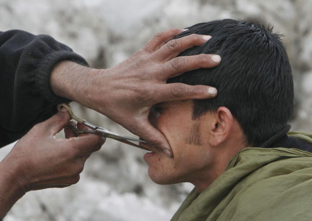 آرایشگر خیابانی در کابل/سال 2012.