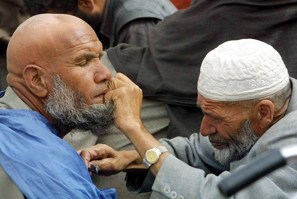 آرایشگر خیابانی در کابل/سال 2002.