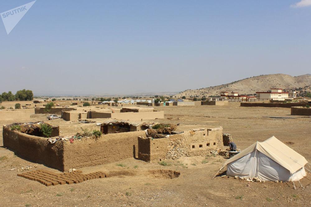 مردم از نقاط مختلف به دلیل جنگ و ازدست دادن خانه هایشان در کمپ مهاجرین زندگی میکنند.