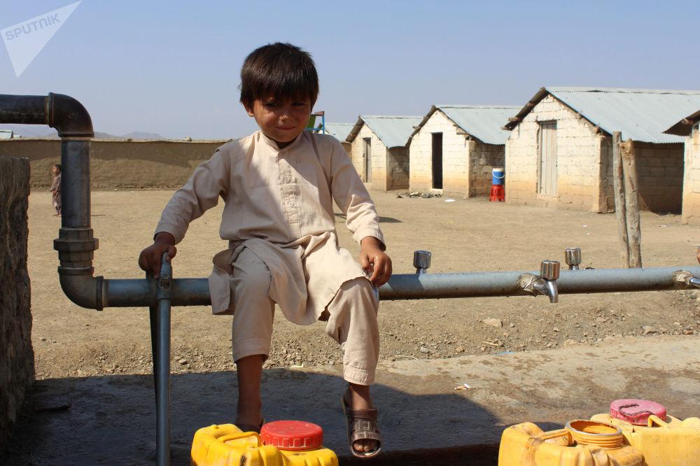 کودک خندان مهاجر در کمپ خوست.