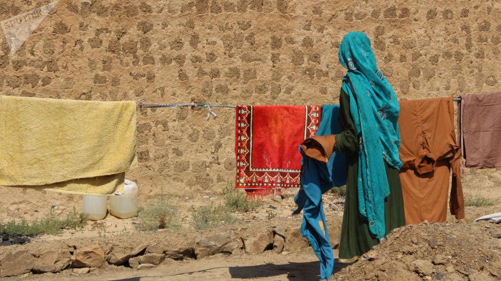 زنان هنگام کار در کمپ مهاجرین در خوست.