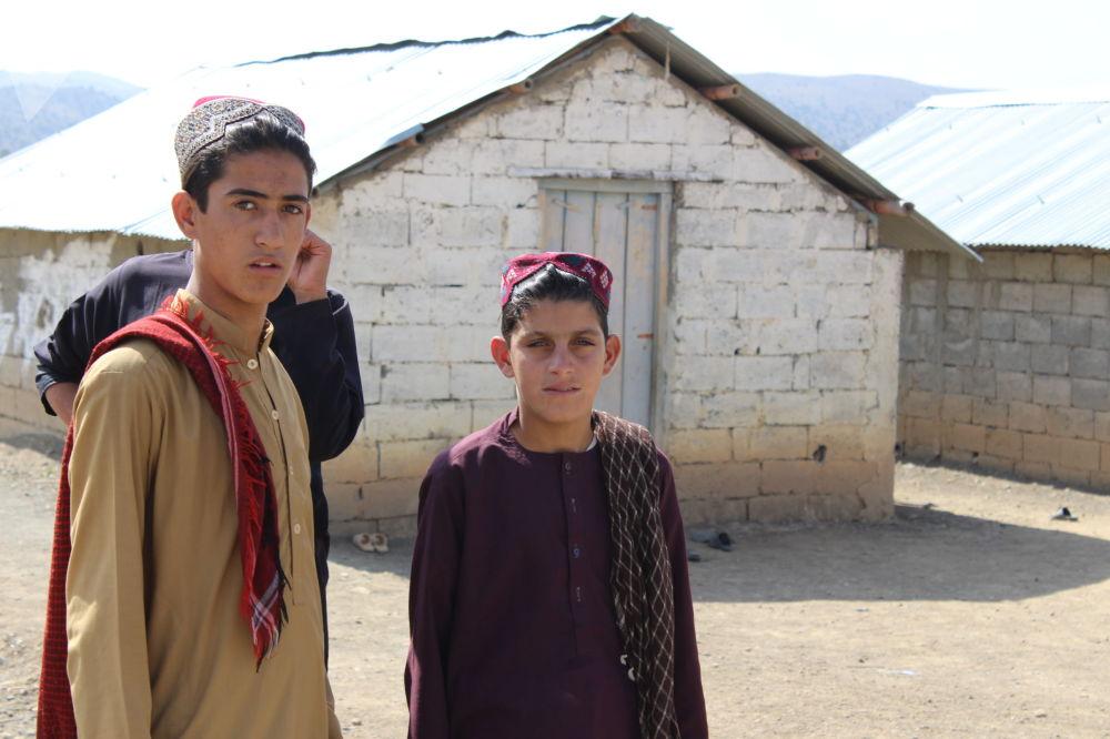 نوجوانان مهاجر در کمپ مهاجرین در خوست.
