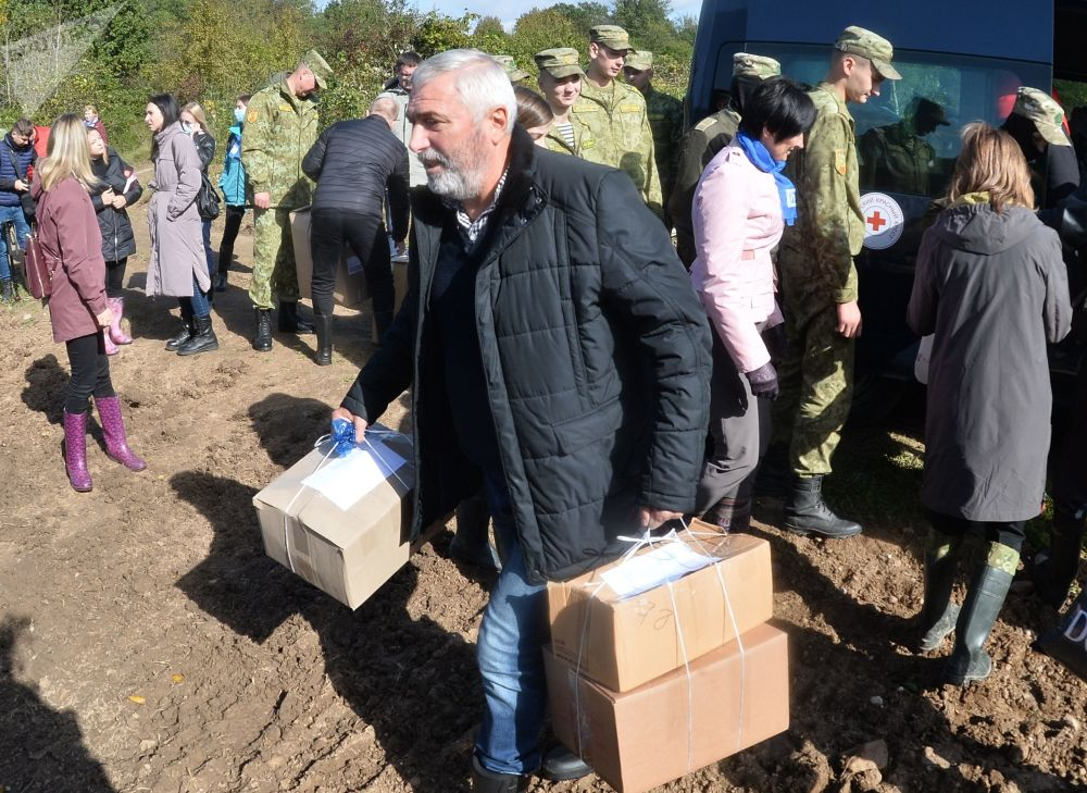 فعالان صلیب سرخ بلاروس و اتحادیه زنان بلاروس کمک های بشردوستانه را به پناهجویان افغانستان که در مرز بلاروس و لهستان واقع شده اند، منتقل میکنند.