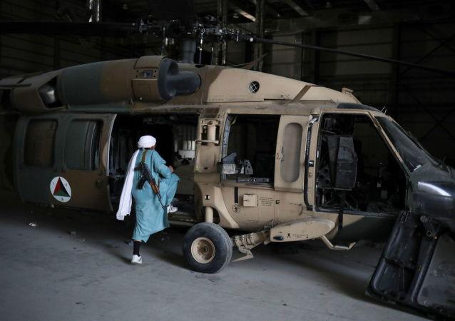 طالبان در پایگاه هوایی  سابق آمریکا در بگرام.