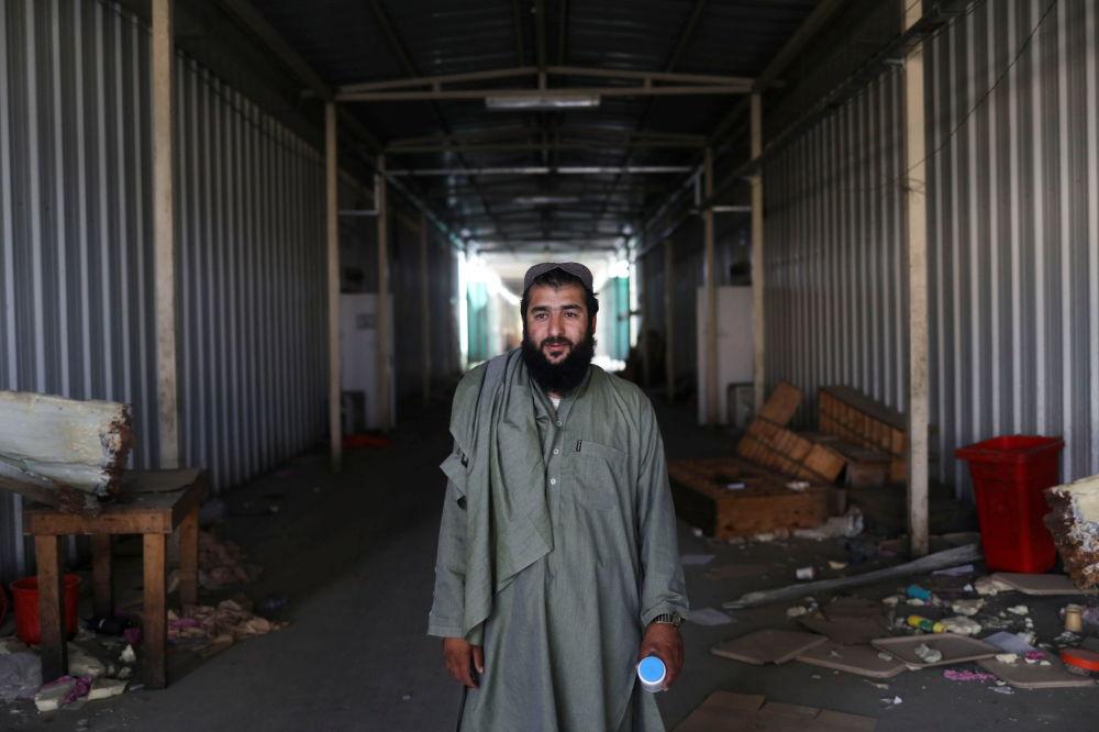 یک تن از زندانیان سابق طالب در پایگاه هوایی متروکه در بگرام.