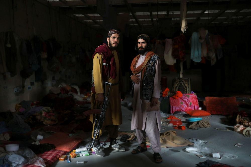 افراد طالبان در پایگاه هوایی  متروکه آمریکا بگرام.