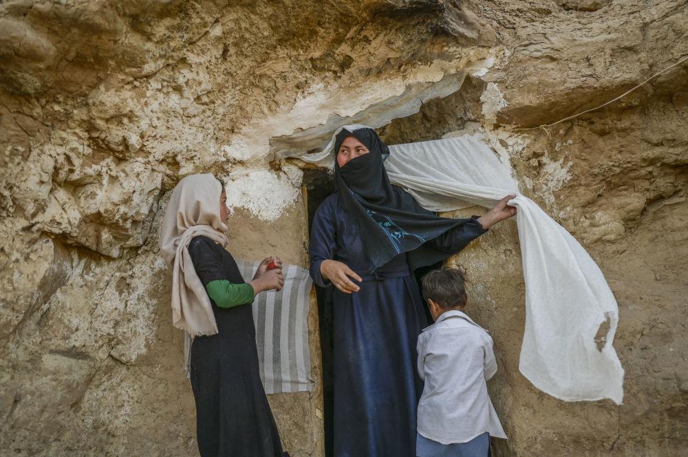 دهکده هزاره های غار نشین در بامیان.