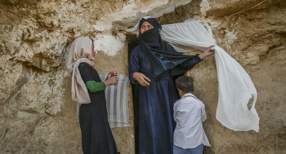 کمک نقدی جامعه جهانی به افغانستان؛ کارشناسان: باید از طریق نهاد بین المللی انجام شود