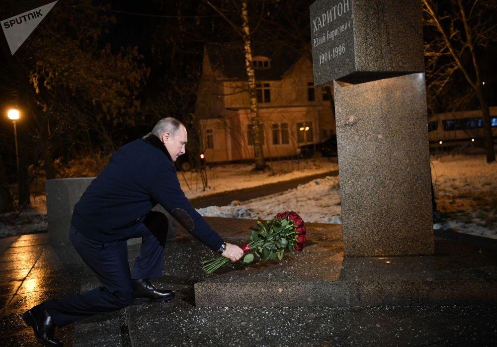 ولادیمیر پوتین، بر روی بنای یادبود دانشمند هستهی روسیه گل می گذارد.