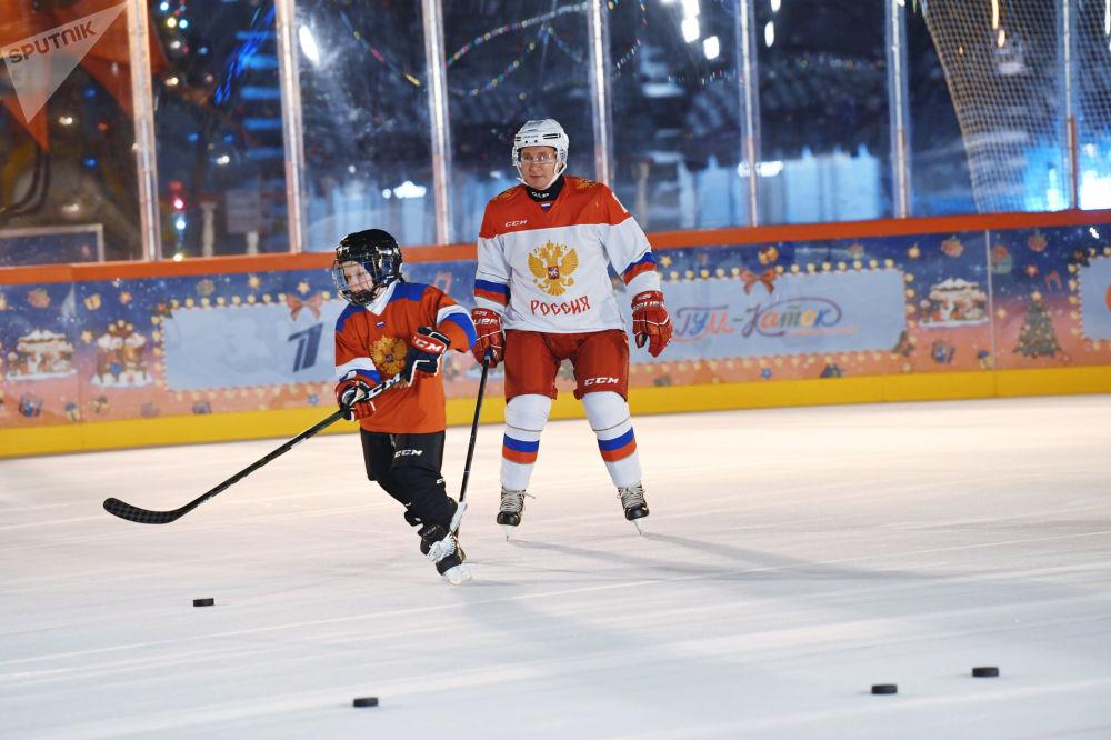 رئیس جمهور پوتین هنگام تمرینات ورزش هاکی/ سال 2020.