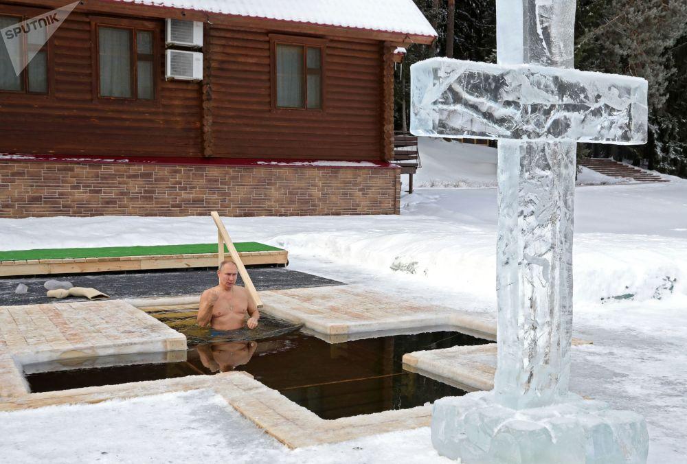 پوتین هنگام مراسم غسل تعمید در آب سرما.