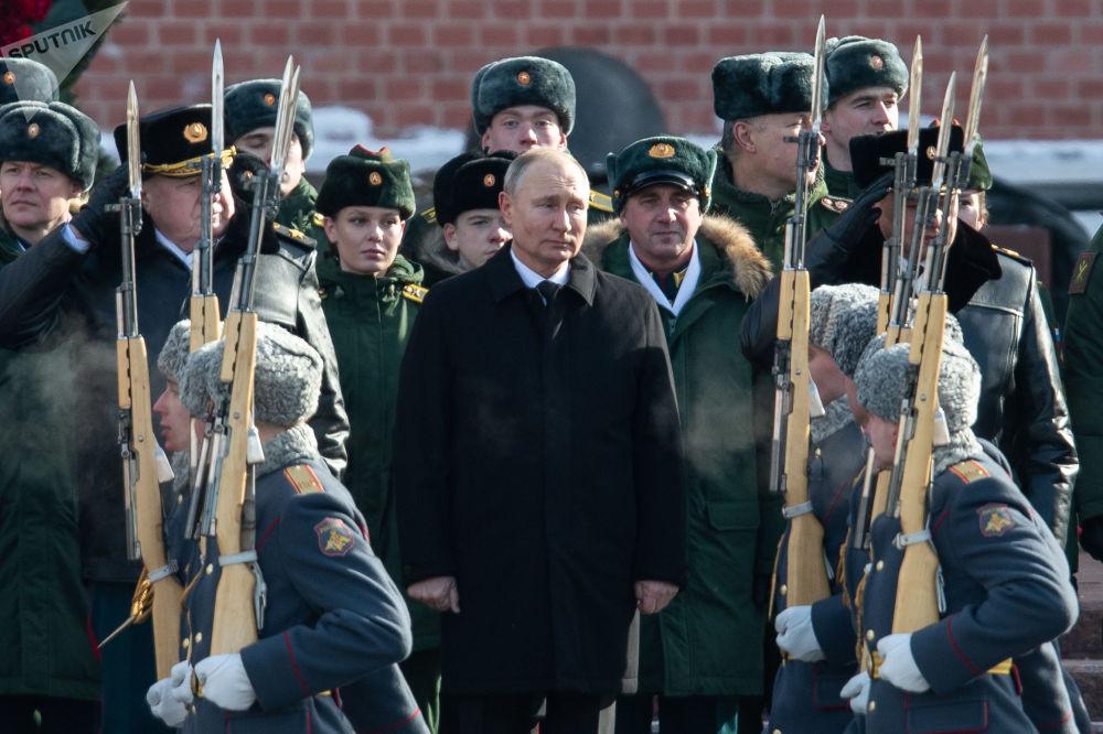 رئیس جمهور روسیه هنگام گل گذاری در مقبره سرباز گمنام در جوار کرملین در میدان سرخ.