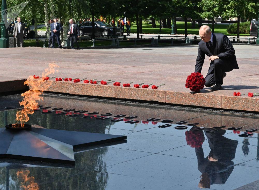 رئیس جمهور روسیه در مراسم گل گذاری در مقبره سرباز گمنام در باغ اسکندر در جوار کرملین.