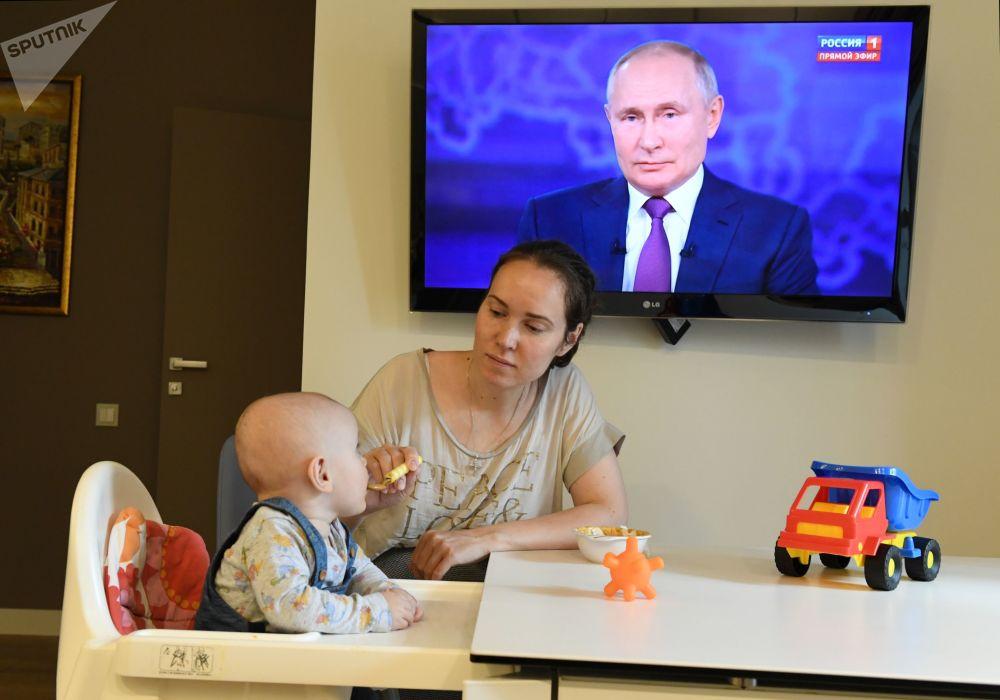 نشر سخنرانی ولادیمیر پوتین در تلویزیون.
