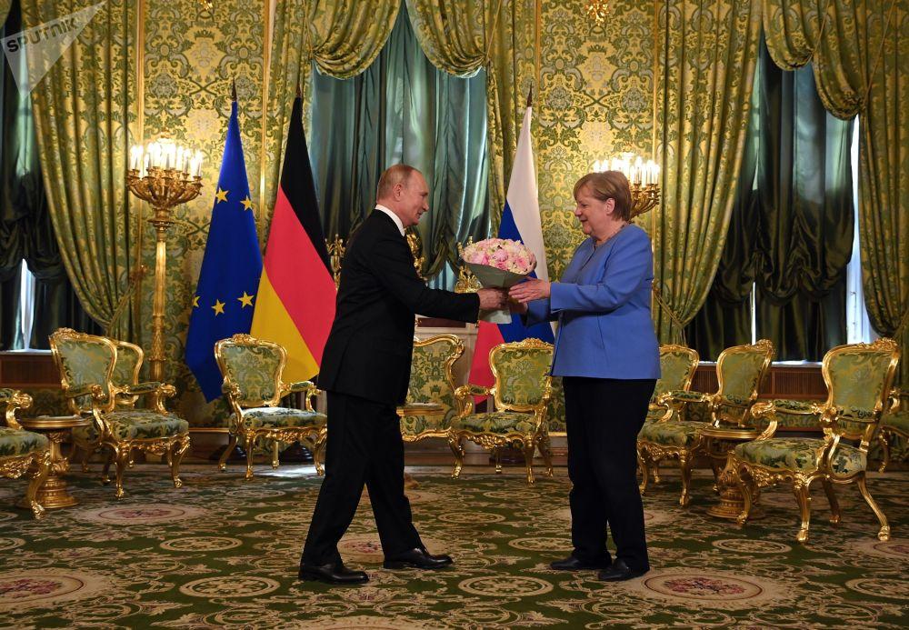 رئیس جمهور روسیه در ملاقات با انگلا مرکل.