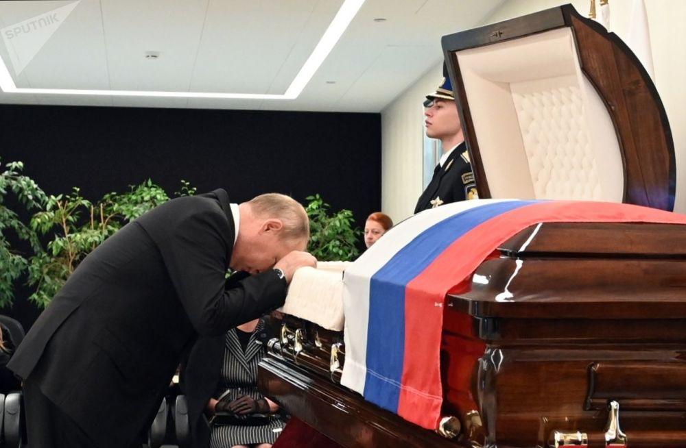ولادیمیر پوتین در مراسم وداع با پیکر وزیر حالات اضطراری روسیه.