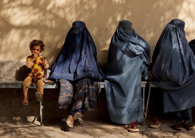 زنان چادری پوش افغان نزدیک بیمارستانی در کابل.
