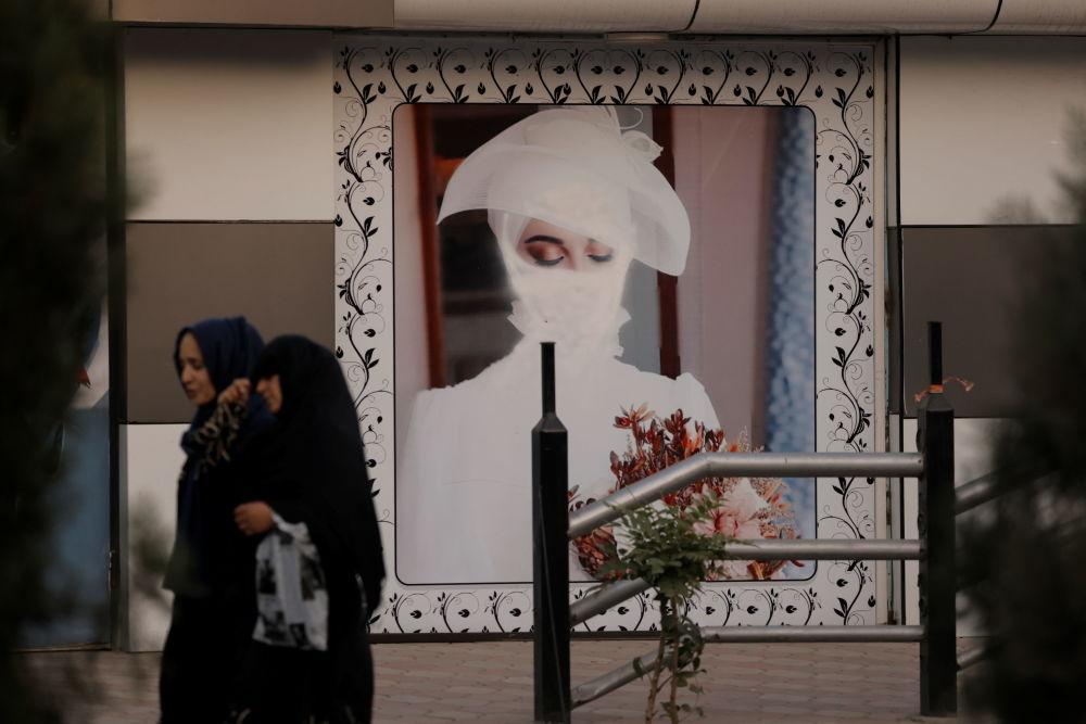 زن چادری پوش افغان نزدیک آرایشگاهی در کابل.