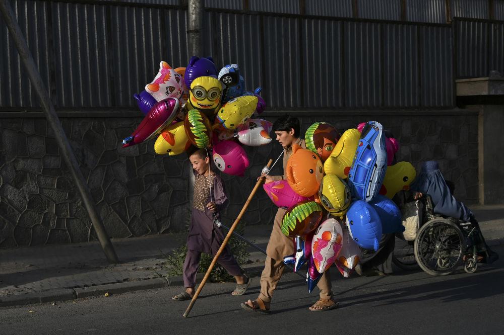 پسر دست فروش در کابل.