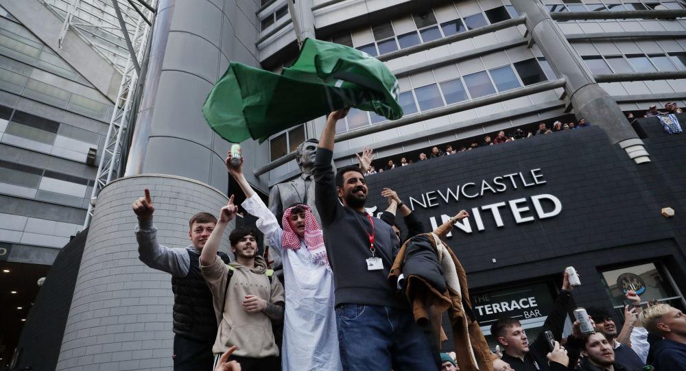فرحة جماهير نيوكاسل يونايتد  من أمام السانت جيمس بارك بعد الاعلان الرسمي عن استحواذ السعودية على نيوكاسل بنسبة 100%