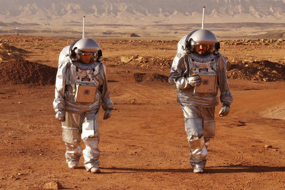 فضانوردان در مأموریت آموزشی به سیاره مریخ در دهانه رامون در صحرای نگو اسرائیل
