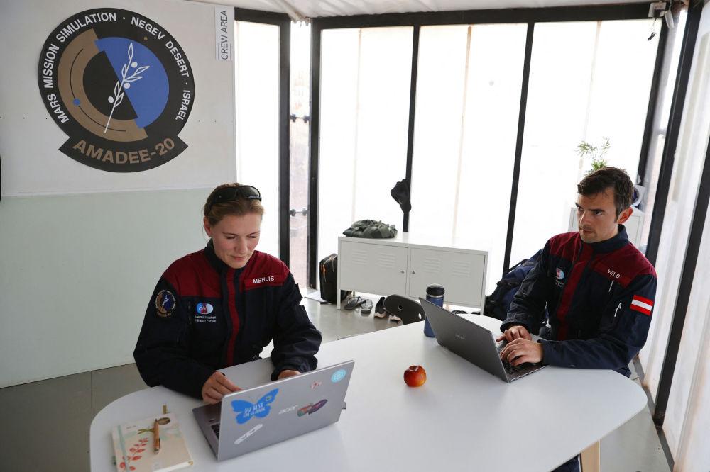 فضانورد آلمانی آنیکا مهلیس و فضانورد اتریشی روبرت وایلد قبل از مأموریت آموزشی به سیاره مریخ