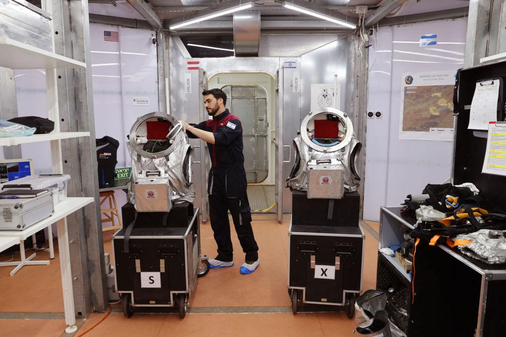 یک فضانورد اسرائیلی قبل از شروع شبیه سازی سفر AMADEE-20 مریخ در صحرای نگو در جنوب اسرائیل