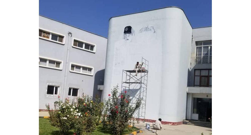 پاک کردن نقاشی امان الله از ساختمان رادیو تلویزیون ملی از سوی طالبان