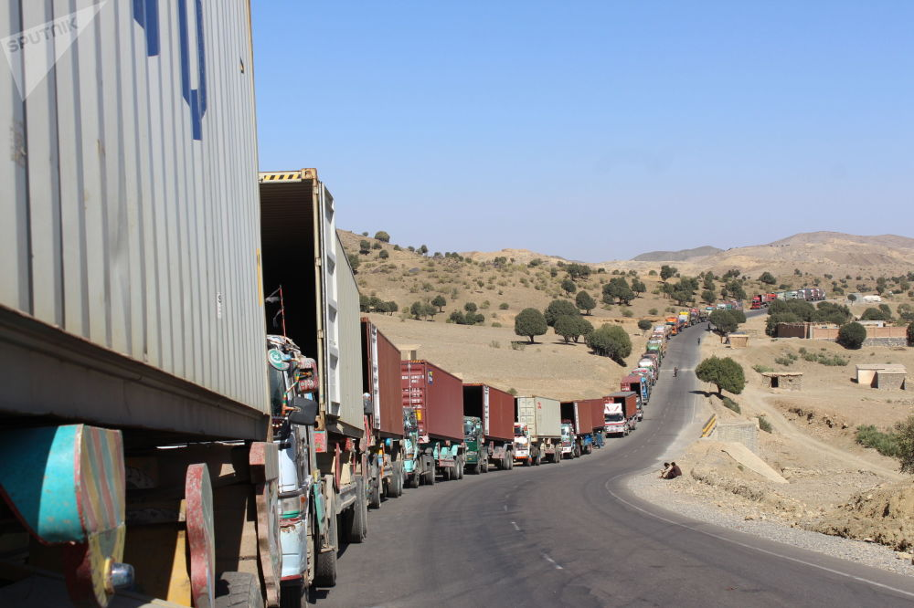 مسدود بودن مرز و مشکلات موترهای باربری؛ تصاویری از مرز افغانستان با پاکستان