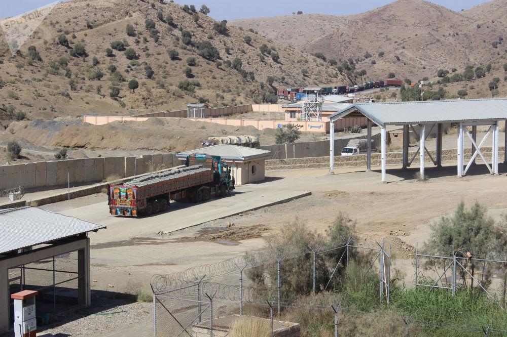 دهها موتر باربری بخاطر بسته بودن مرز در نزدیکی سرحد پاکستان ایستاده اند.