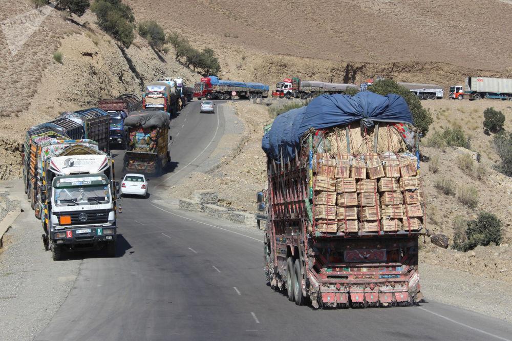 قطار طولانی موترهای باربری در سرحد افغانستان-پاکستان.