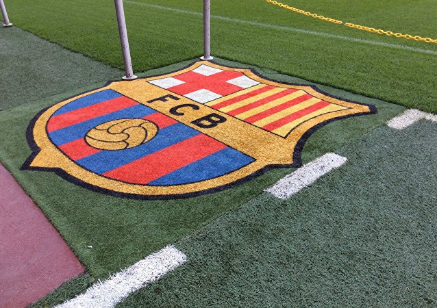 El logotipo del FC Barcelona, sobre el césped del estadio.