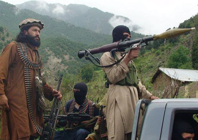 طالبان جسدهای سه غیر نظامی و دو سرباز پولیس را به آتش کشیدند